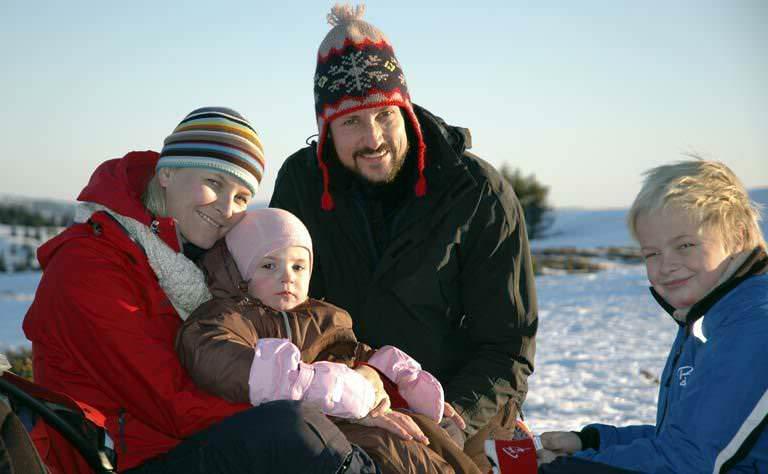 Снова королевская семья Норвегии (внимание на шапочку)