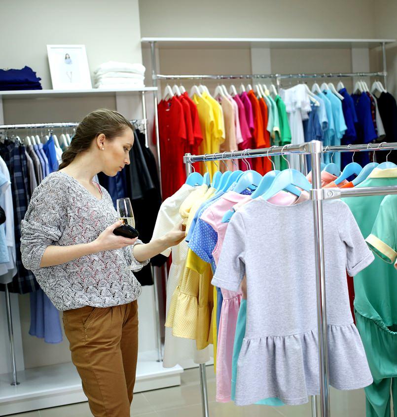 Много платьев в одном магазине