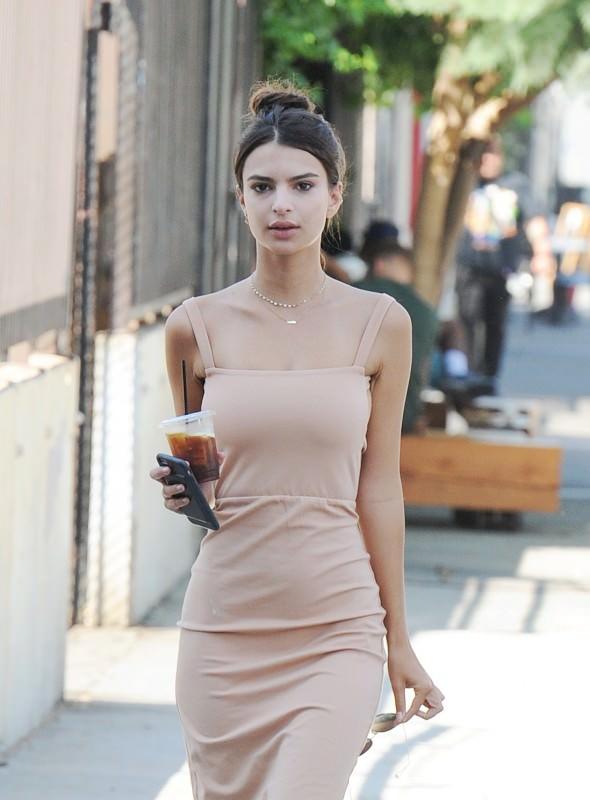 Бежевое платье Эмили Ратаковски