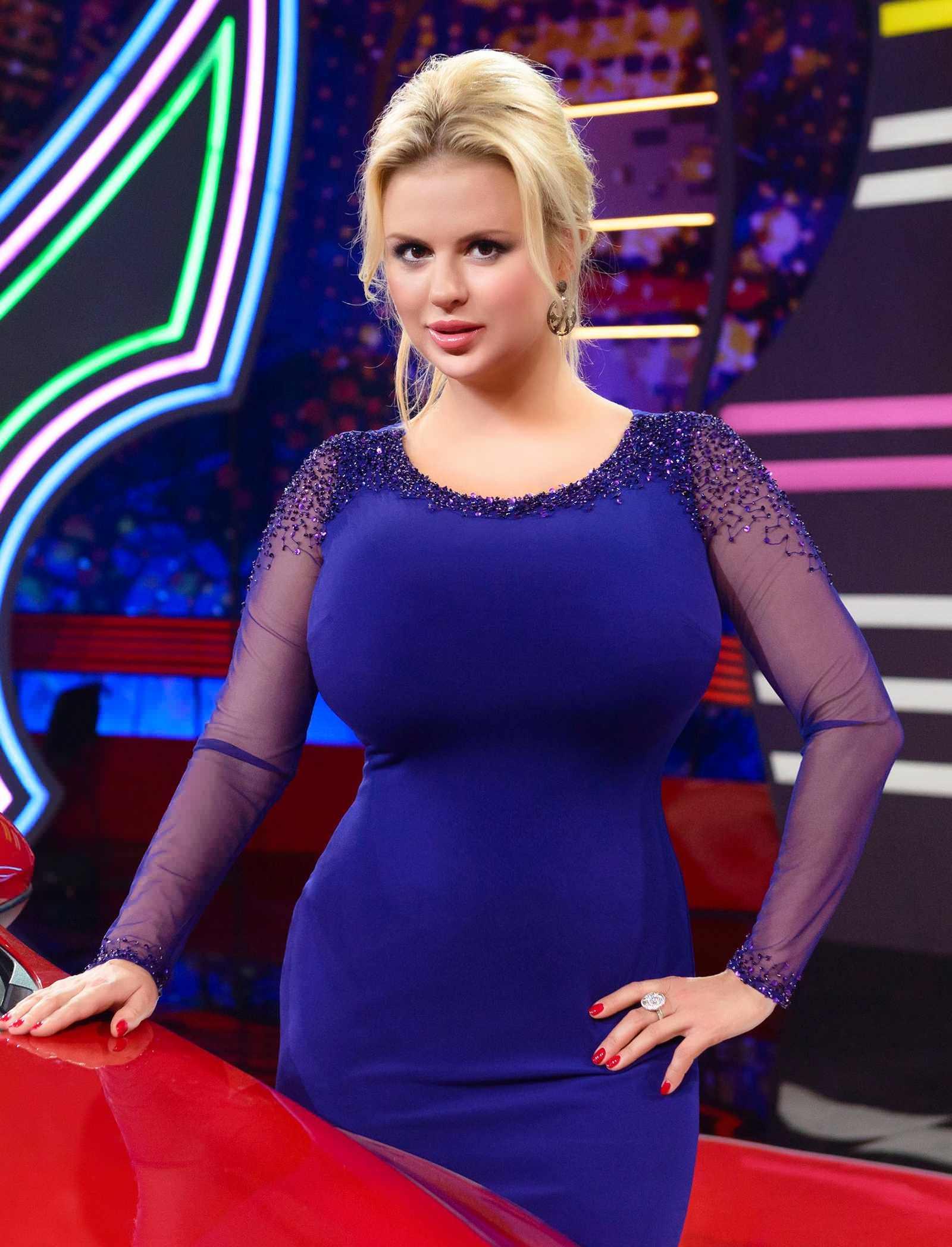 Фото груди видно через вырез блузки фото 5-378