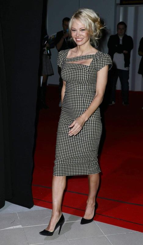 Памела Андерсон и платье в клетку