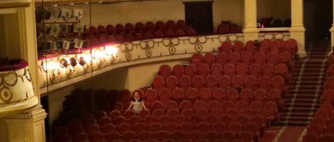 В чем ходить в театр